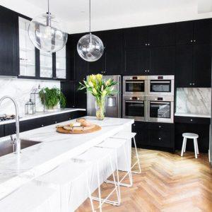 Черно-белая кухня — ТОП-180 фото лучших дизайнов, плюсы и минусы цветовой гаммы, идеи оформления и декорирования кухни